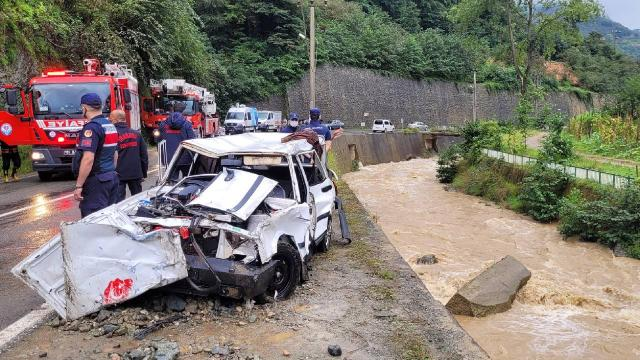 Trabzonda otomobil dereye düştü: 2 ölü