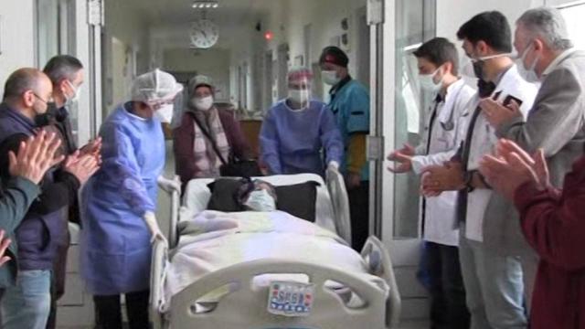 102 yaşındaki Hatice nine aşı sayesinde koronavirüsü yendi
