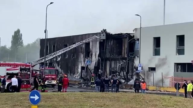 İtalyada küçük uçak düştü: 8 ölü
