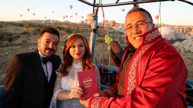 """Nevşehirde nikahları sıcak hava balonunda kıyılan çift, gökyüzünde """"evet"""" dedi"""