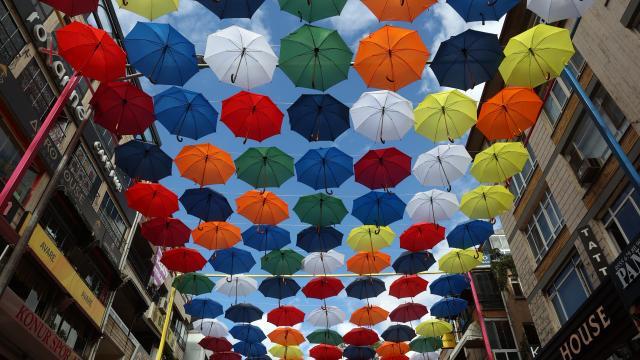 Ankarada şemsiyeli sokak
