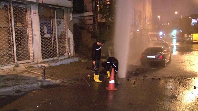 İstanbulda su borusu patladı, yol göle döndü