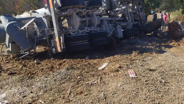 Uşakta devrilen beton mikserinin sürücüsü yaralandı