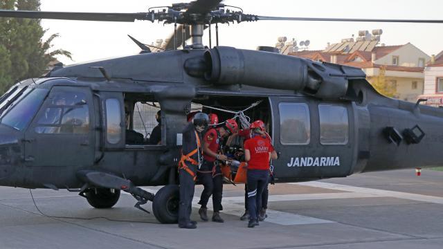 Fethiyede kayalıklara düşen yamaç paraşütçüsü helikopterle kurtarıldı