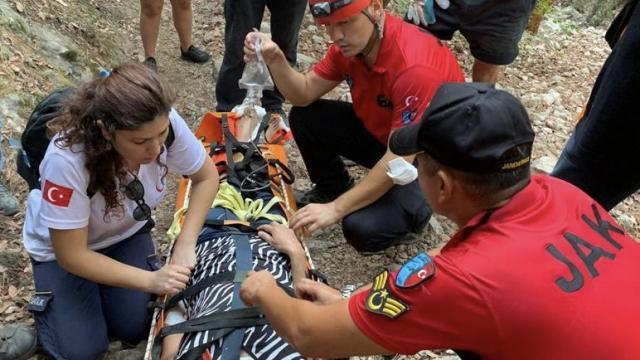 Fethiyede doğa yürüyüşünde kayalık zeminde düşen kişi 4 saatte kurtarıldı
