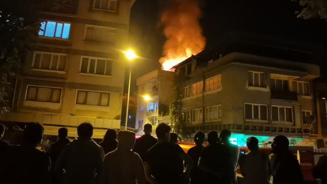 3 katlı apartmanın çatı katında yangın