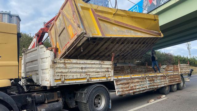 İstanbulda damperi açık kalan kamyon köprüye çarptı