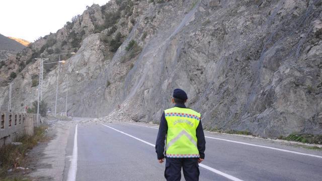 Heyelan nedeniyle kapanan Artvin-Erzurum karayolu ulaşıma açıldı
