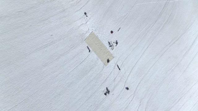İsveçte buzula örtü serdiler