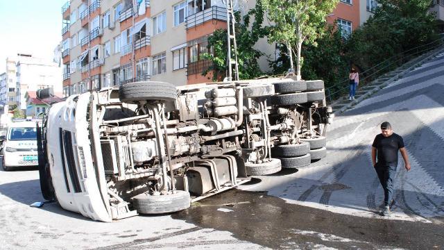Maltepede hurda taşıyan kamyon devrildi