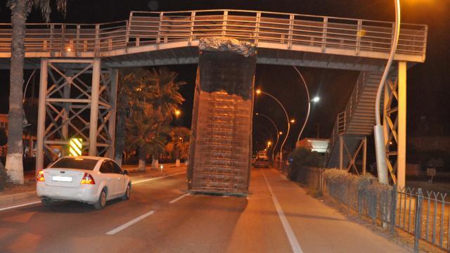 Damperi açık kamyon köprüye çarptı