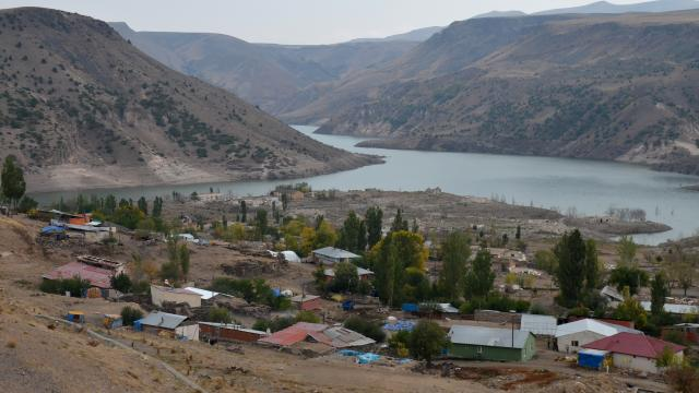 Karstaki barajın seviyesi düşünce su altındaki tarihi yapılar gün yüzüne çıktı