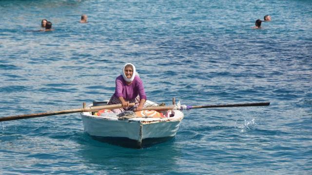 82 yaşındaki kadın kayığıyla her gün denizde satış yapıyor