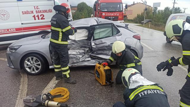 Kocaelide hafif ticari araç ile otomobil çarpıştı, 7 kişi yaralandı