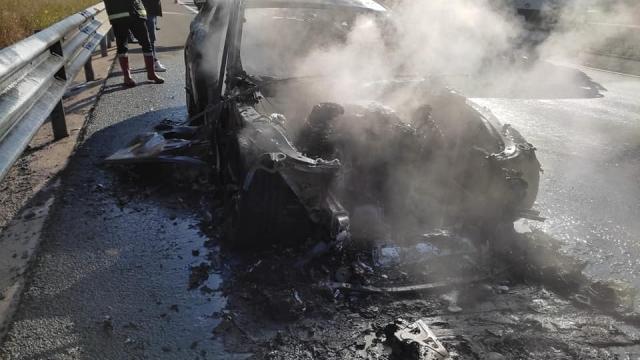 Boluda seyir halinde yanan lüks otomobil kullanılamaz hale geldi