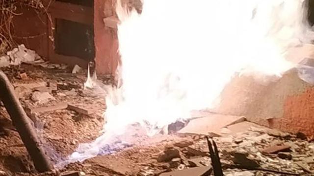 Doğal gaz borusunu kesen hırsızlar yangın çıkınca kaçtı