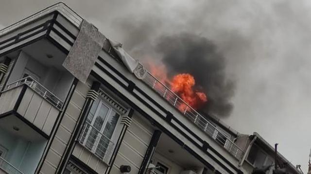 Esenyurtta çatı yangını