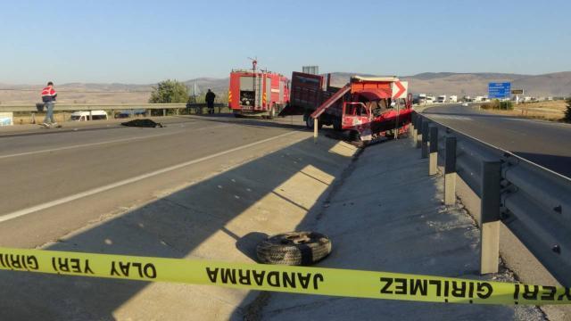 Otomobille kamyonet çarpıştı: 3 ölü, 1 yaralı