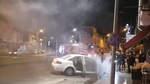 Erzurumda park halindeki otomobil yandı