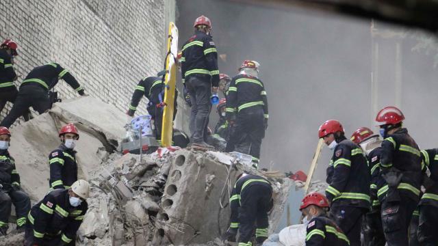 Gürcistanda çöken binada 5 kişinin cansız bedenine ulaşıldı