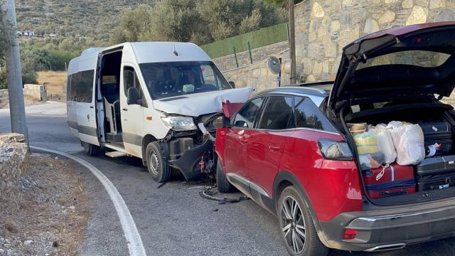 Servis minibüsüyle cip çarpıştı: 22 yaralı