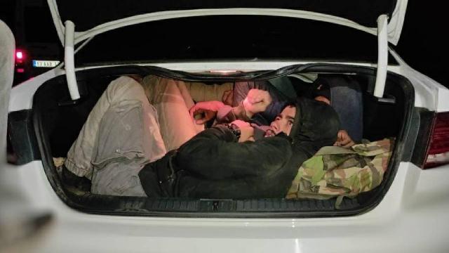 Bitliste 2 otomobilde 29 düzensiz göçmen yakalandı