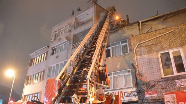 Fatihte çatı yangını: Mahsur kalan kadını vatandaşlar kurtardı