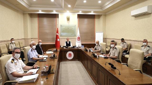 Bakan Akar'dan birlik komutanları ile video konferans toplantısı