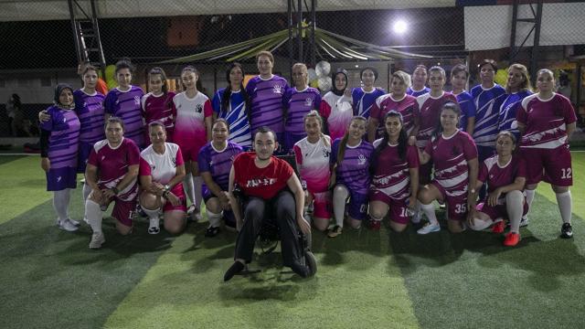 Kadın belediye çalışanları farkındalık için halı sahada futbol oynadı