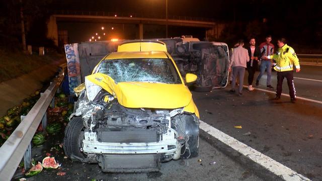 TEM Otoyolunda kamyonet ile taksi çarpıştı: 4 yaralı