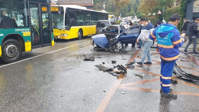 İETT otobüsü ile otomobil kafa kafaya çarpıştı: 2 yaralı