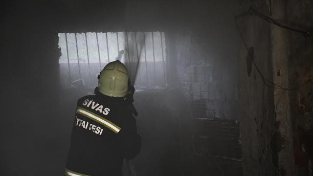 Sivasta bir apartmanın garajında çıkan yangında 4 kişi dumandan etkilendi
