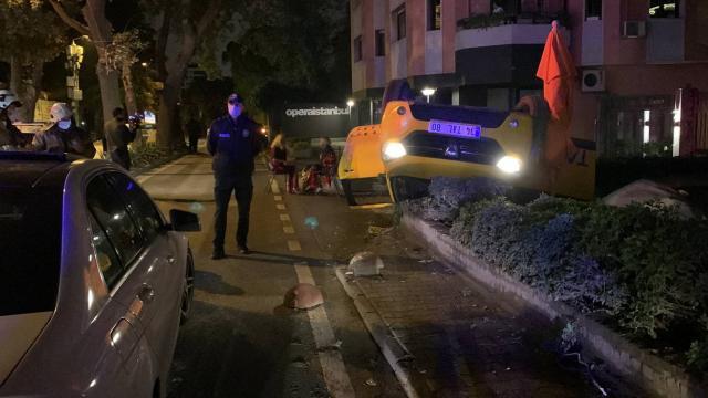 İstanbulda taksi takla attı