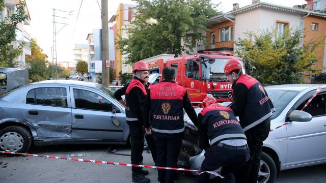 Sivasta otomobillerin çarpışması sonucu 2 sürücü yaralandı