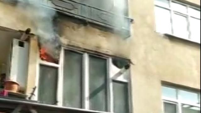 Pendikte 5 katlı apartmanda yangın: Mahsur kalan sağlıkçı kurtarıldı