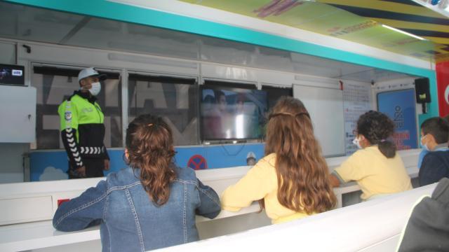 Amasyada ilkokul öğrencileri `Mobil Tırda` trafik eğitimi aldı