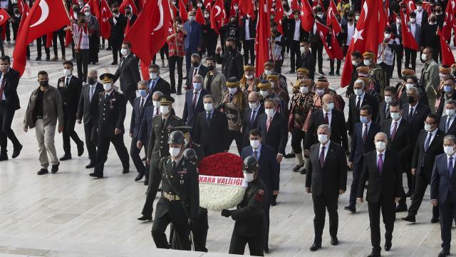 Ankara Valisi Şahin, başkentin 98inci yılı nedeniyle Anıtkabiri ziyaret etti