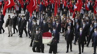 Ankara Valisi Şahin, başkentin 98'inci yılı nedeniyle Anıtkabir'i ziyaret etti