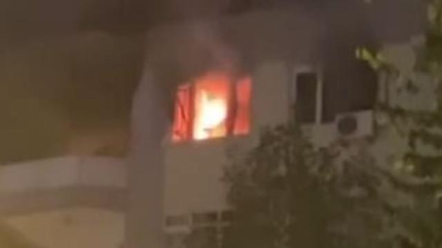 5 katlı binanın en üst katında yangın