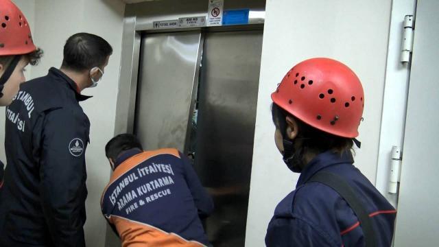 Asansörde mahsur kalan 5 kişi kurtarıldı