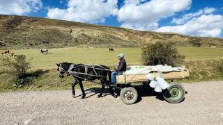 Atıyla köy köy gezip çerçilik yapıyor