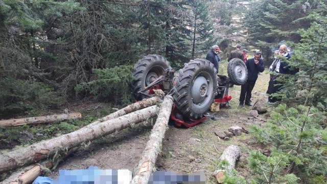 Boluda devrilen traktörün arkasına bağlı tomrukların altında kalan sürücü hayatını kaybetti