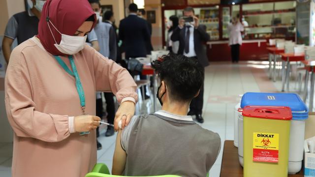 Çankırıda öğrencilere okullarda aşı yapılmaya başlandı