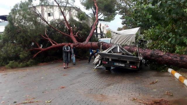 Aydında fırtına: 7 kişi yaralandı, 17 araçta hasar oluştu