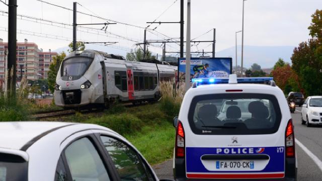 Fransada trenin çarptığı 3 kişi öldü