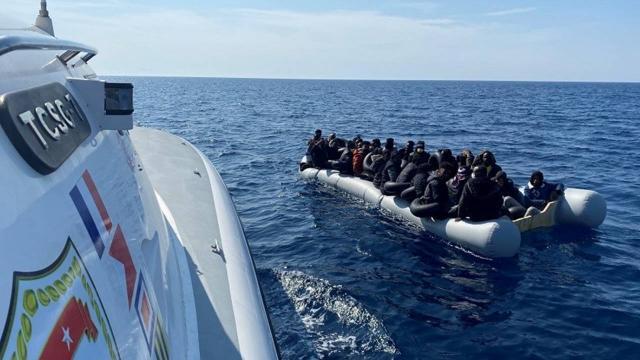 Türk kara sularına itilen 100 düzensiz göçmen kurtarıldı