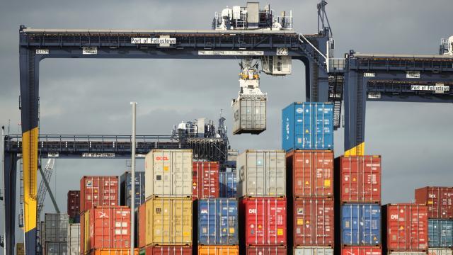 İngilterede nakliye krizi: Limanda konteynerler birikiyor