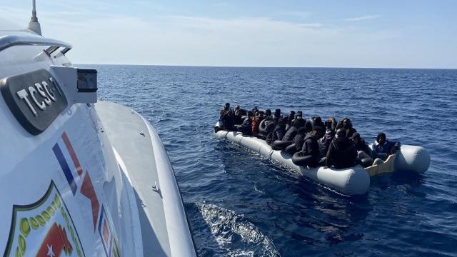 İzmir açıklarında Türk kara sularına itilen 100 düzensiz göçmen kurtarıldı