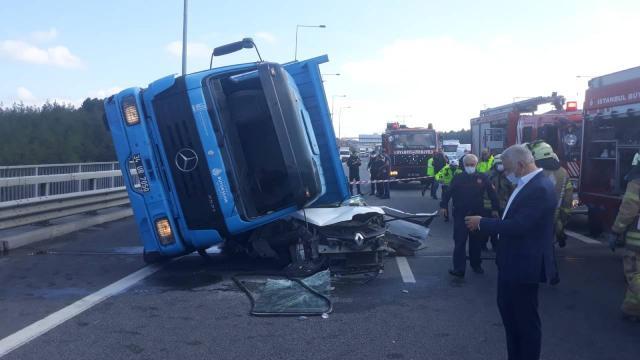İstanbulda beton blok yüklü kamyon otomobilin üzerine devrildi: 1 ölü
