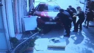 Kaldırıma çıkan araç, bebek arabası ve anneye çarptı: O anlar kamerada